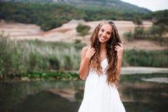 Nahaufnahmeporträt eines schönen lächelnden blonden Mädchens mit Naturlocken stockfoto
