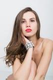 Nahaufnahmeporträt eines schönen Mädchens mit den roten Lippen, glänzendes Armband auf der Handgelenk roten sexy Lippen- und Nage Stockfotos