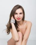 Nahaufnahmeporträt eines schönen Mädchens mit den roten Lippen, glänzendes Armband auf der Handgelenk roten sexy Lippen- und Nage Stockfotografie