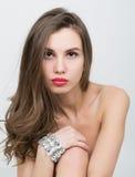 Nahaufnahmeporträt eines schönen Mädchens mit den roten Lippen, glänzendes Armband auf der Handgelenk roten sexy Lippen- und Nage Lizenzfreie Stockbilder