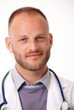Nahaufnahmeporträt hübschen Doktors Stockfotografie