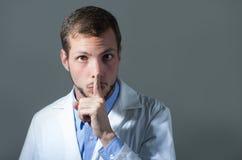 Nahaufnahmeporträt hübschen jungen Doktors Stockfoto