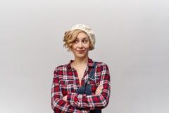 Nahaufnahmeporträt im jungen lächelnden Mädchen der hohen Auflösung mit des gelockten, langen Haares Flirty Blicken weg und Läche lizenzfreie stockfotografie