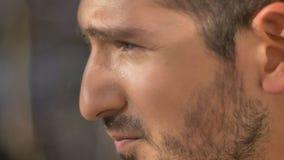 Nahaufnahmeporträt im Profil des kaukasischen Mannes aufpassend streng rightwards auf herbstlichen Straßenhintergrund stockfotos