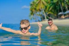 Nahaufnahmeporträt im tropischen Wasser: sieben Jahre altes nettestes blon Lizenzfreies Stockfoto