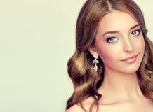 Nahaufnahmeporträt junger Dame mit eleganter Frisur Lizenzfreie Stockfotografie