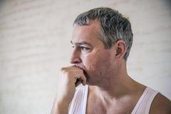 Nahaufnahmeporträt, junger erwachsener Mann, trauriges deprimiertes, betont, alon Lizenzfreie Stockbilder