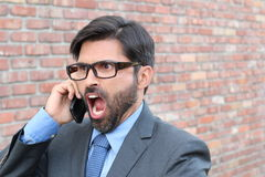 Nahaufnahmeporträt, junger Mann störte, frustriert, ärgerlich durch jemand, das an seinem Handy, die schlechten Nachrichten spric stockfoto