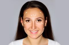 Nahaufnahmeporträt recht weiblich auf grauem Hintergrund, lokalisiertes Face lifting-Konzept mit der Pfeilgesundheit, Schönheit,  Lizenzfreie Stockfotografie