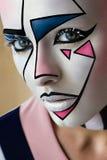 Nahaufnahmeporträt, schönes Mädchenmodell mit kreativer grafischer Gesichtskunst stockfotografie