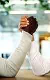 Nahaufnahmeporträt von den Händen festgehalten lizenzfreie stockfotografie
