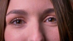 Nahaufnahmeporträt von Frauenaugen, das Augen und watchies direkt in die Kamera öffnet, die Genuss ausdrückt stock video