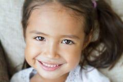 Nahaufnahmeporträt von glücklichem, positiv, lächelnd, spielerisches Mädchen stockbild