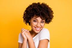 Nahaufnahmeporträt von ihr sie nette nette reizend attraktive schöne nette erfreute gewellt-haarige Damenbrillen stockbilder