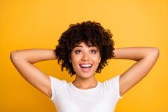 Nahaufnahmeporträt von ihr sie nettes nettes attraktives reizend nettes frohes optimistisches gewellt-haariges Mädchen, das oben  stockbild