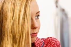 Nahaufnahmeporträt von jungen Blondinen stockfoto