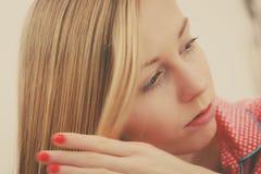 Nahaufnahmeporträt von jungen Blondinen lizenzfreie stockfotos