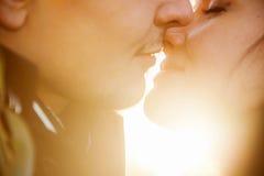 Nahaufnahmeporträt von küssenden Paaren der Junge Lizenzfreie Stockbilder