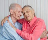 Nahaufnahmeporträt von lächelnden älteren Paaren lizenzfreie stockfotos