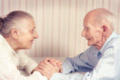 Nahaufnahmeporträt von lächelnden älteren Paaren lizenzfreie stockfotografie