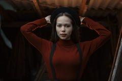 Nahaufnahmeporträt von schöne junge moderne Frauen Dame, die auf dunkelgrauem Hintergrund aufwirft Vorbildliches Tragen stilvoll Stockfotografie