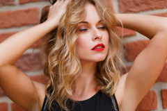 Nahaufnahmeporträt von sinnlichen Blondinen mit geschlossenen Augen Lizenzfreies Stockfoto