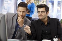 Nahaufnahmeporträt von teamworking Geschäftsmännern lizenzfreie stockbilder