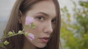 Nahaufnahmeporträt, welches das sorglose Mädchen betrachtet überzeugt dem Kameragenießen bezaubert Freizeit und Wochenende von ei stock footage