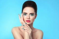 Nahaufnahmeporträtschönheits-Mädchenmake-up Manicured Nägel attraktiv Stockfotos