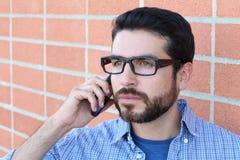 Nahaufnahmeporträtumkippen, trauriger deprimierter besorgter verwirrter Mann, Student, Sohn, Vater, Arbeitskraft, die am Telefon, Stockfotos
