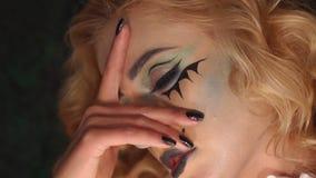 Nahaufnahmeportr?t aufgeregten Blondine mit Make-up in Halloween stock footage