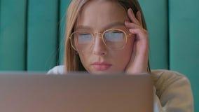 Nahaufnahmeportr?t der Gesch?ftsfrau arbeitend im modernen B?ro und Computermit ber?hrungseingabe bildschirm verwendend, Monitor  stock video