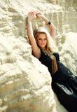 Nahaufnahmeportrait-Art und Weisemädchen im langen schwarzen Kleid stockfotos