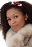 Nahaufnahmeportrait der Afrofrau im Pelz Lizenzfreie Stockfotografie