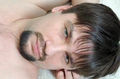 Nahaufnahmeportrait der entspannten Männer stockbild