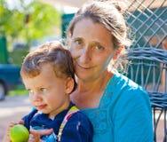 Nahaufnahmeportrait der Großmutter und des Enkels Stockfotos