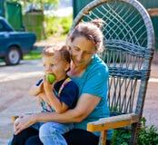 Nahaufnahmeportrait der Großmutter und des Enkels Lizenzfreies Stockfoto