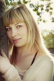 Nahaufnahmeportrait der jungen attraktiven Frau Stockbild