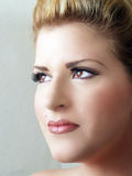 Nahaufnahmeportrait der jungen blonden Frau, die weg schaut Stockbilder