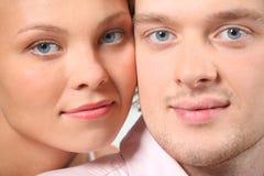 Nahaufnahmeportrait der jungen Paare Stockbilder