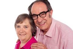 Nahaufnahmeportrait der lächelnden gealterten Paare Stockbild
