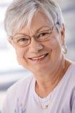 Nahaufnahmeportrait der lächelnden älteren Dame Stockfotos