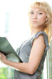 Nahaufnahmeportrait der netten jungen Geschäftsfrau Lizenzfreie Stockbilder