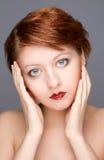 Nahaufnahmeportrait der schönen attraktiven Frau stockfoto