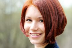 Nahaufnahmeportrait der schönen Frau mit dem roten Haar Stockbild