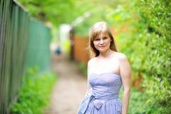 Nahaufnahmeportrait der schönen jungen blonden Frau Lizenzfreie Stockfotografie