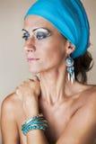Nahaufnahmeportrait der schönen kaukasischen Frau stockfoto