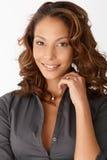 Nahaufnahmeportrait der schönen lächelnden Afrofrau Stockfotos