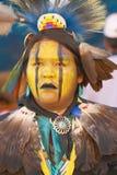 Nahaufnahmeportrait des amerikanischen Ureinwohners in vollem königlichem Lizenzfreie Stockfotografie