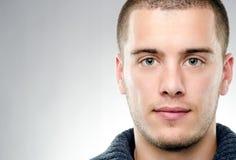 Nahaufnahmeportrait des attraktiven jungen Mannes stockfoto